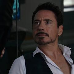 Stark y Romanoff discuten a quiénes llamar para ayudarlos.