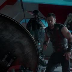 Thor esquiva los objetos que Hulk le lanza.