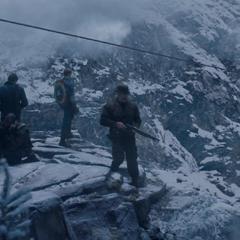 Los Comandos Aulladores esperan en un acantilado a que el tren pase.