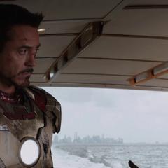 Rhodes y Stark en el bote deportivo de Slattery.