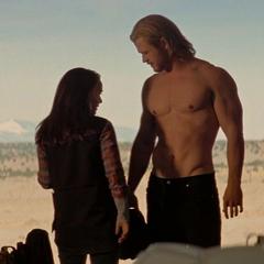 Foster antes de darle ropa nueva a Thor.