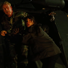 Elizabeth y su padre escapan del helicóptero.
