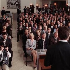 Everhart y la prensa a punto de escuchar a Stark.