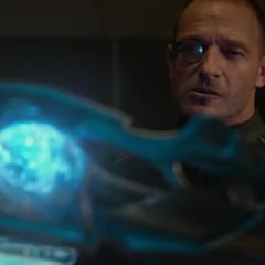 Strucker observa el Cetro de Loki.