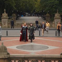 Thor lleva a Loki a Central Park.
