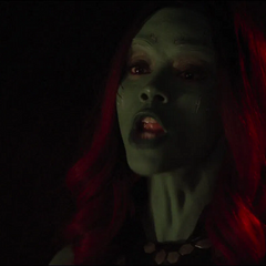 Gamora se da cuenta que Nebula de 2014 va a dispararle.