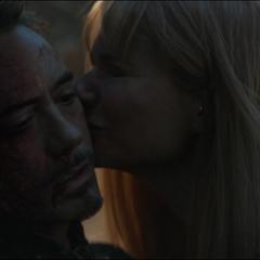 Potts se despide de Stark con un beso.