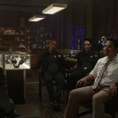 Luis es interrogado por Burch y sus matones.