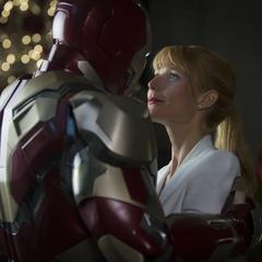 Potts coquetea con el Mark XLII creyendo que Stark está dentro.
