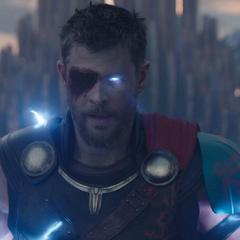 Thor libera sus verdaderos poderes como Dios del Trueno.
