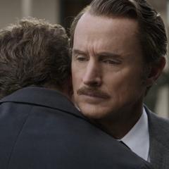 Stark recibe un abrazo por parte de Potts.