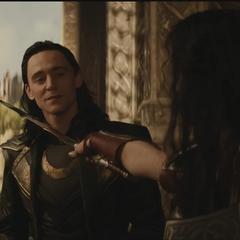 Loki es amenazado por Sif.