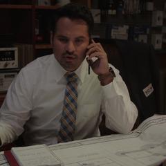Luis le informa a Lang que necesitan reunirse.