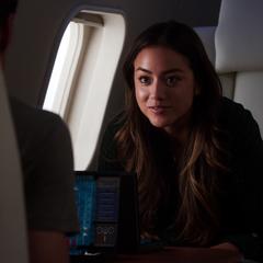 Skye juega Battleship con Ward.