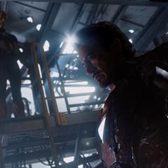 Rogers y Stark se informan de la muerte de Coulson.