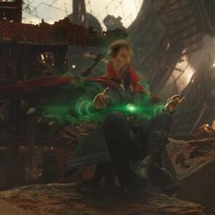 Strange utiliza la Gema del Tiempo para ver futuros alternativos.