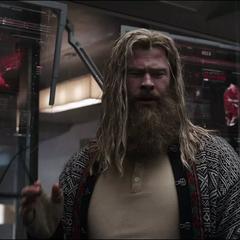 Thor les habla de Foster a los Vengadores.