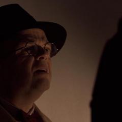 Zola habla con Schmidt antes de escapar.