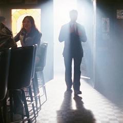 Stark llega al bar donde se encuentra Thaddeus Ross.