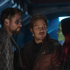 Gamora habla con Thor sobre los conflictos familiares.