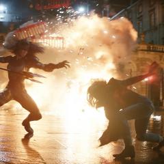 Wanda Maximoff y Proxima Midnight se enfrentan en las calles de Edimburgo.