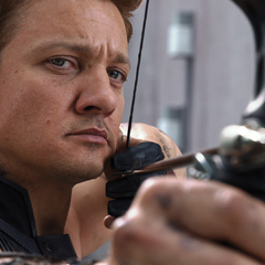 Hawkeye targets Loki (film screenshot)