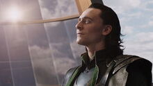 Loki-regardant-Iron Man