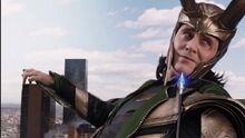Loki regarde Clint Barton