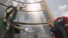 Loki combat Thor au sommet de la Tour Stark
