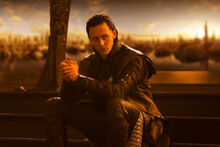 Loki assis