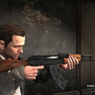 Max apuntando con un AK-47