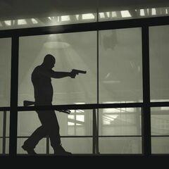 Max lleva la escopeta que está usando la <a href=