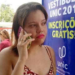 Moça se atrasa e ouve reclamações no celular