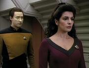 Data e Troi (clues)