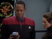 Sisko untersucht das Labor der T'Lani
