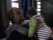 Worf kümmert sich um Kirayoshi