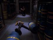 Worf erleidet Unfall im Frachtraum