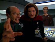 Der Doktor erklärt Janeway und Seven, dass Iko einen neuralen Defekt hatte