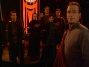 Die Bajoraner stellen sich vor Dukat
