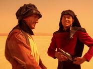 Dirgo und Picard schützen sich vor der Sonne