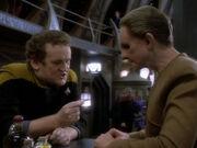 O'Brien zeigt Odo das Sicherheitsbypassmodul
