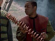 Geordi untersucht ein Kupferrohr