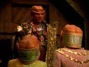 Neelix versucht Arridor und Kol zum Verlassen von Takar zu bewegen