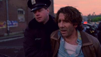Polizist nimmt Loomis fest