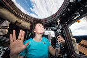 Samantha Cristoforetti führt den vulkanischen Gruß aus