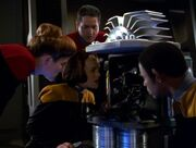 Torres, Janeway, Chakotay und Tuvok untersuchen ein Trümmerstück