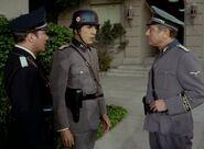 Kirk und Spock mit ekosianischem Major