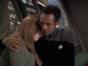 Sarina schläft an Julians Schulter ein