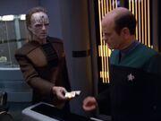 Crell Moset und der Doktor arbeiten an einer Heilmethode für Torres