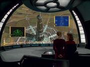 Seven of Nine und Captain Janeway blicken auf das Millenium Gate